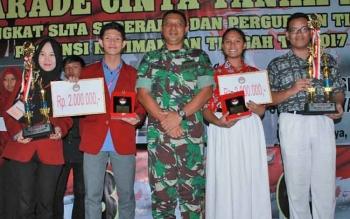 Peserta dari SMAN 1 (kanan) dan Universitas Muhammadiyah (kiri) foto bersama Dandim 1016/Plk Letkol Czi Alfius Navirinda Krisinanto.