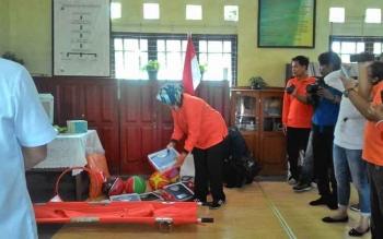 Kepala SDN 5 Menteng memperlihatkan barang bantuan dari BPJS Kesehatan, Rabu (19/7/2017)