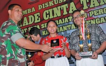 Dandim 1016 Palangka Raya Letkol Czi Alfius Nafirinda Krisdinanto menyerahkan hadiah kepada pemenang lomba PCTA tingkat SLTA yakni dari SMAN 1