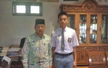 Yosua Anugrahnu foto dengan Walikota Palangka Raya, Riban Satia