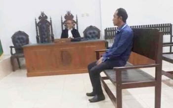 Riadi Junniardi, mantan bendahara Dishub Kotim saat menjalani sidang.
