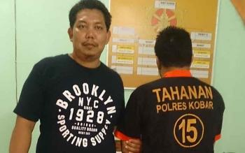 DPS, pelaku pengancaman dan penganiayaa terhadap ayah kandung (kanan), diringkus anggota Unit Reskrim Polsek Arut Selatan, Rabu (19/7/2017) sekitar pukul 13.00 WIB.