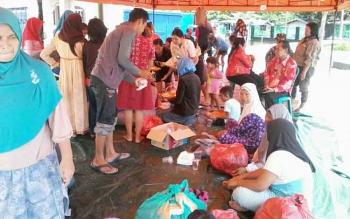Puluhan warga korban banjir menyesaki dapur umum di posko Taman Religi Komplek Masjid Baitul Yaqin Kasongan untuk makan siang, Kamis (20/7/2017).