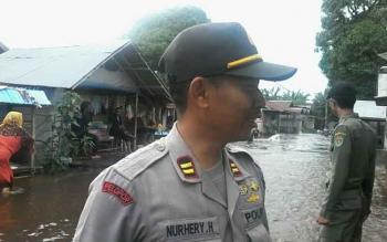 Kapolsek Katingan Hilir Iptu Nurheriyanto saat memimpin patroli banjir di Kampung Banjar, Kamis (20/7/2017).