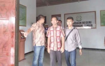 Riady Junniardi (baju batik merah) saat ditahan jaksa beberapa waktu lalu.