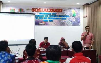 Kepala KPHP Mentaya Tengah-Seruyan Hilir Abdurrahman Hakim saat menyampaikan sambutan pada Sosialisasi Kelembagaan KPHP Kepada Masyarakat dan Pemangku Kepentingan pada KPHP Unit XXIX Kotim Tahun 2017, di Grend Hotel, Kamis (20/7/2017).