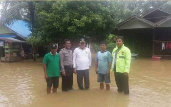 Wakil Ketua DPRD Gunung Mas Punding S Merang (baju putih) saat meninjau banjir
