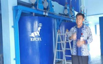 Direktur PDAM Dharma Tirta Sampit, Firdaus Herman Ranggan saat menunjukan instalasi pengolahan air, Kamis (20/7/2017)