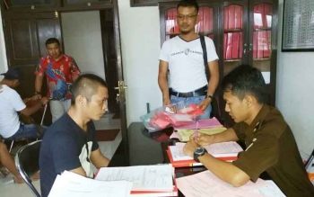 Tersangka sabu Deny Rahman alias Deden diinterogasi JPU Kejari Kotim Lilik Haryadi dan Kanit Reskrim Polsek Parenggean Aiptu Suratin.