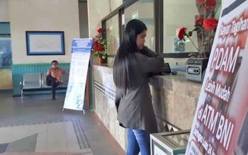 Salah satu pelanggan saat melakukan pembayaran di loket PDAM Dharma Tirta Sampit, Kamis (20/7/2017).