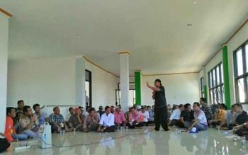Warga Pagatan Kecamatan Katingan Kuala saat melkukan pertemuan dengan pihak PLN.