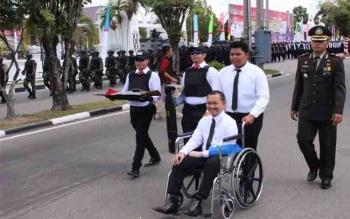 Brigadir Faska Chandra dibawa ke luar arena seusai Parade HUT ke-71 Polri di Tugu Soekarno, Kota Palangka Raya beberapa waktu lalu
