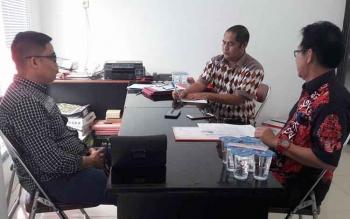 Ketua Badan Kehormatan DPRD Kota Palangka Raya Ferry Lessa (tengah).