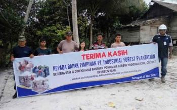 Selain melakukan pembukaan akses jalan darat, PT IFP melakukan pembangunan sumur bor untuk penyediaaan air bersih kepada masyarakat