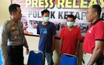 Kapolsek Ketapang AKP Todoan Gultom (kiri) saat ekspos tangkapan tersangka zenith, Jumat (21/7/2017).