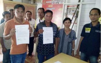 Pelaku Pri (40) dan korban Dodi (22) menunjukkan Surat Pernyataan Damai.