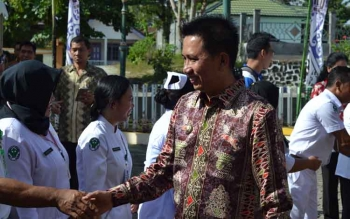 Bupati Barito Utara, Nadalsyah berjabat tangan dengan dokter serta perawat di RSUD Muara Teweh