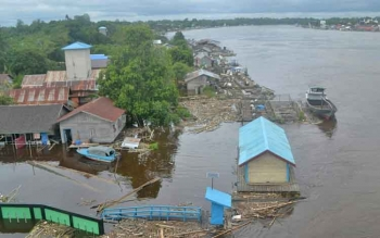 Sungai Katingan di sekitar Jembatan Kasongan masih terus meluap, Jumat (21/7/2017).
