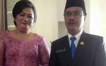 Kepala Dinas Kesehatan Kabupaten Kapuas Apendi didampingi istrinya usai pelantikan di Aula Pemkab Kapuas, beberapa waktu lalu.