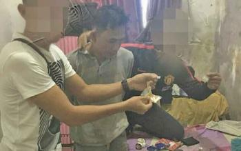 Anggota Satuan Reserse Narkoba yang tergabung dalam Tim Rajawali Polres Palangka Raya menunjukan barang bukti