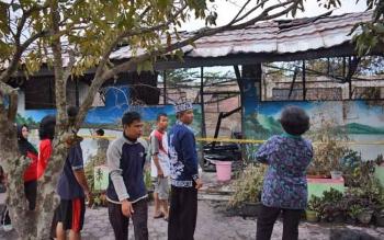 Wali Kota Palangka Raya, HM Riban Satia meninjau SDN 4 Menteng pasca terbakar, Jumat (21/7/2017) siang