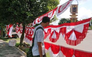 Menjelang peringatan 17 Aguatus 2017 pedagang bendera musiman sudah menjamur disejumlah jalan protokol kota Pangkalan Bun.
