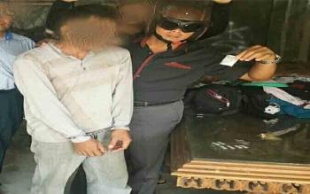 Kasat Reserse Narkoba Polres Palangka Raya AKP Gatoot Sisworo menunjukan barang bukti sabu dan tersangkanya