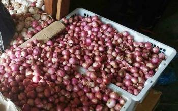 Bawang merah yang di jual di pasar Kuala Kurun, Kabupaten Gunung Mas.