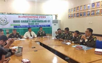 Jajaran Pejabat di Kejaksaan Tinggi Kalimantan Tengah menggelar konferensi pers dalam rangka Hari Bakti Adhyaksa ke 57.