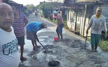 Warga Gang Rengginang, RT 10, Kelurahan Baru secara swadaya memperbaiki jalan yang berlubang. Dari total panjang gang 250 meter, warga baru mengecor 20 meter.