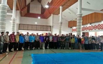 Anggota DPR RI Kalteng, Rahmat N Hamka dan Anggota DPD RI Kalteng Rahkman foto bersama dengan para siswa peserta seminar