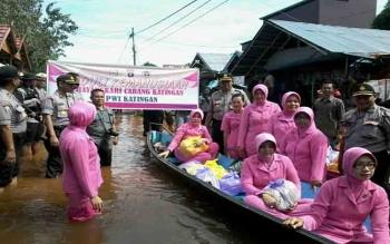 Warga Kampung Banjar Gembira Dapat Sembako Dari Bhayangkari Katingan