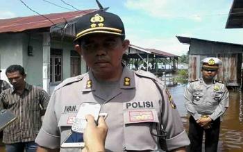 Kapolres Katingan AKBP Ivan Adhityas Nugraha memberikan keterangan di sela penyerahan bantuan sembako di Kampung Banjar, Sabtu (22/7/2017)\\r\\n