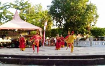 Rombongan penari Nusantara dari STKIP PGRI Banjarmasin unjuk gigi dengan menampilkan salah satu tarian adat di Taman Seni Kota Kuala Kapuas, Kabupaten Kapuas, Minggu (23/7/2017).
