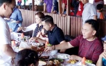 Gubernur Kalimantan Tengah Sugianto Sabran makan siang bersama Andhika Pratama dan Ussy Sulistiawaty, di Kampung Lauk, Kota Palangka Raya, Minggu (23/7/2017).