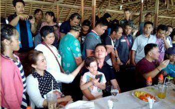 Gubernur Kalimantan Tengah Sugianto Sabran (dua kanan) seusai makan siang bersama Ussy Suliatiawaty dan Andhika Pratama di Kampung Lauk, Kota Palangka Raya, Minggu (23/7/2017).