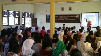 Puluhan siswa SMAN 6, Kota Palangka Raya, mengikuti sosialiasi bahaya narkoba dan tertib lalu lintas, Minggu (23/7/2017).