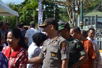 Kapolres Barito Utara AKBP Tato Pamungkas saat berjabat tangan dengan petugas medis di RSUD Muara Teweh, beberapa waktu lalu.