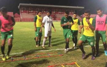 Skuad Kalteng Putra FC berlatih ringan sebelum menghadapi PSBK Blitar.