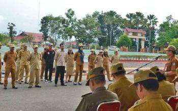 Asisten I Setda Mura, Budie saat memberikan sambutan saat kegaiatan pelepasan kontingen Mura untuk mengikuti Festival Pesona Budaya Borneo Tahun 2017 di Jakarta yang dilaksanakan di Halaman Kantor Bupati Mura, Senin (24/7/2017).