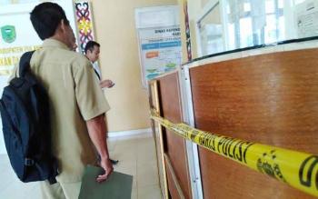 Garis polisi hiasi ruang pelayanan kantor Disdukcapil Pulang Pisau saat penggeledahan terkait dugaan pungli.