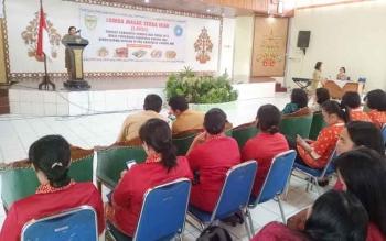Kepala Dinas Perikanan Kabupaten Gunung Mas Trinayati menyampaikan sambutan pada pembukaan Lomba Masak Serba Ikan di GPU Tampung Penyang, Kuala Kurun, Senin (24/7/2017).