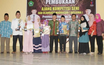 Para pemenang Aksioma tingkat Provinsi Kalimantan Tengah saat menerima trofi dan piagam penghargaan, beberapa waktu lalu.