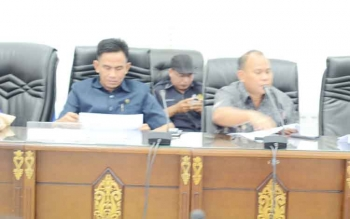 Anggota DPRD Kabupaten Barito Utara Purman Jaya bersama rekannya Hasrat saat mengikuti rapat bersama eksekutif, beberapa waktu lalu.
