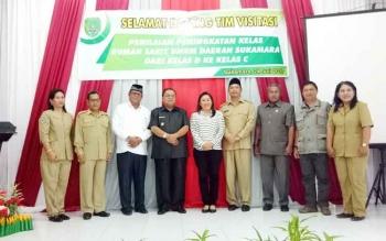 Bupati Sukamara, Ahmad Dirman saat berfoto bersama dengan Tim Visitasi peningkatan kelas rumah sakit dari Dinas Kesehatan Provinsi Kalimantan Tengah.
