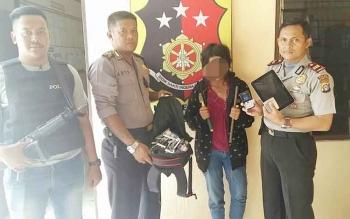 Kapolsek Bukit Batu, Kota Palangka Raya, Iptu R Sonny (kanan) menunjukan pelaku pembobol kios berinisial S dan barang bukti hasil kejahatan.