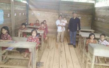 Anggota Komisi I DPRD Kabupaten Barito Utara Taufk Nugraha saat mengunjungi SD Kunjung Liang Buah, Kecamatan Teweh Baru, beberapa waktu lalu.