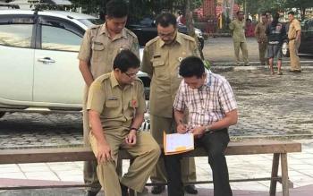 Bupati Barito Utara Nadalsyah saat meninjau pekerjaan pengerasan halaman GOR SKB Muara Teweh, Senin (24/7/2017).