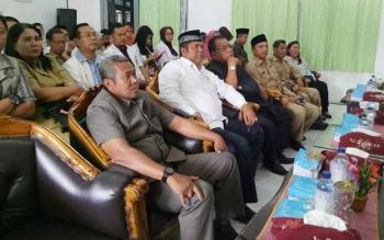Bupati Sumamara, Ahmad Dirman dan wakilnya, Windu Subagio saat menghadiri penyambutan kedatangan Tim Visitasi peningkatan kelas rumah sakit dari Dinas Kesehatan Provinsi Kalimantan Tengah di aula RSUD Sukamara.