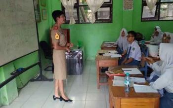 Sersan Taruna Akademi Militer (Akmil), Rizki Aulia Syacwahni, saat menyosialisasikan tentang Akmil di SMAN 1 Sampit.
